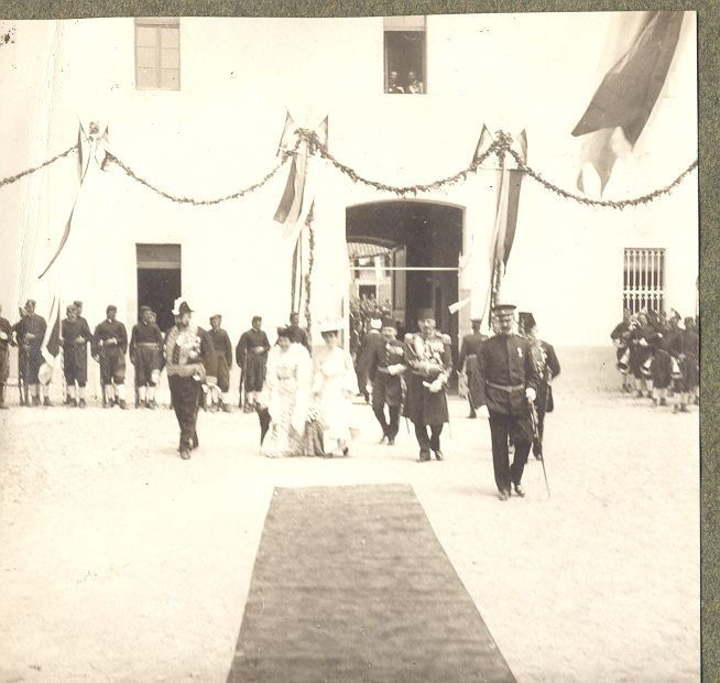 Turski i ostali strani zvaničnici, pred zgradom Monopola duvana u PG, XX vijek,Narodni Muzej Crne Gore, Cetinje