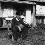 Musliman pred svojim domom u trenucima odmora